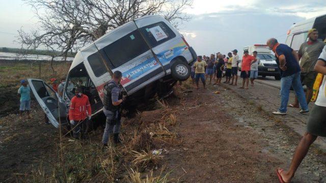 Van que transportava passageiros se envolve em grave acidente e deixa vítimas na BR-222