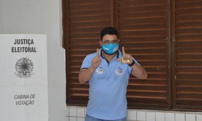 EM PERITORÓ-MA: DR. JÚNIOR VOTA NA ESCOLA JOÃO MOHANA