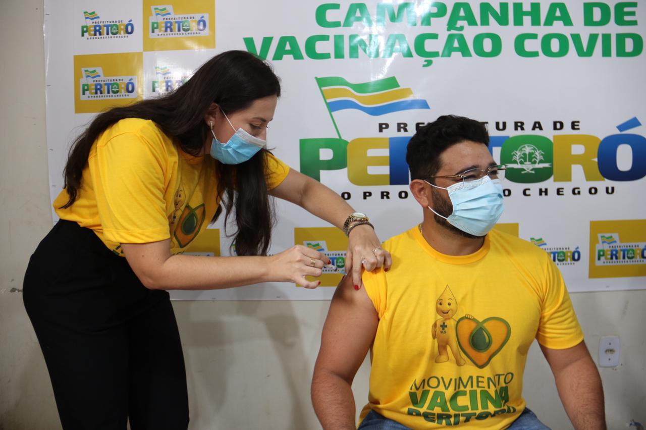 Dra. Samira Martins imunizando Dr. Júnior