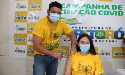 Dr. Júnior imunizando a primeira-Dama