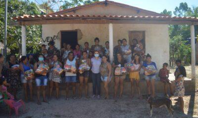 A vereadora Vanessa Murad, foi até ao Povoado Vila Simão na tarde da última terça-feira, 3 de agosto, fazer doação de cestas básicas para famílias daquela localidade.